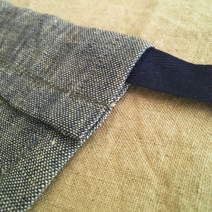 Detail of my #waistapron Double stitched seams for a longlasting use! I made this apron of prewashed linen. Easy to wear with a drawstring for ribbon ♡ #menstyle #dappergent #apron #gardening