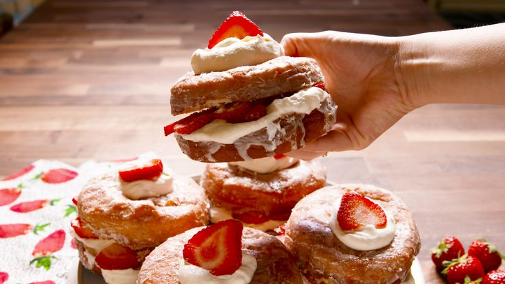 Shortcake Donuts are the cutest (and easiest) strawberry shortcakes of all time. ​Donuts slay biscuits any day.