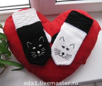 """Варежки, митенки, перчатки ручной работы. Ярмарка Мастеров - ручная работа Авторские варежки """"Чёрная кошка, белый кот"""". Handmade."""