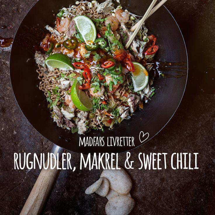 Lynstegt streetfood i wok med rugnudler, makrel i saltlage og sweet chili. En super lækker frisk ret, der fusionerer lækre smagsnuancer fra det asiatiske køkken. Snit grønsagerne på et mandolinjern og svits derudaf. Chop chop! Se opskrift i bio.