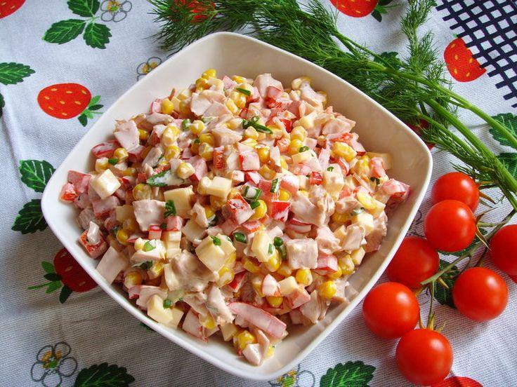 Kolorowa sałatka z kurczakiem wędzonym, papryką i serem. - Sałatki kukurydza,kurczak wędzony,papryka,przepisy,sałatka,ser żółty - kobieceinspiracje.pl
