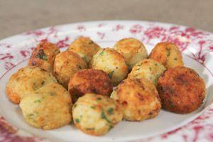 ΡΥΖΟΚΕΦΤΕΔΕΣ   Από τον Chef Κώστα Τσίγκα  ΥΛΙΚΑ  500 γρ. ρύζι καρολίνα   2 αβγά  200 γρ. πεκορίνο τριμμένο  120 γρ. μαργαρίνη με βούτυρο Flora Soft  1 φλ. φρυγανιά τριμμένη  4 κρεμμύδια  ½ ματσ. μαϊντανό ή φρέσκο φασκόμηλο  5 -6 κράκερς (προαιρετικά)  Ελαιόλαδο