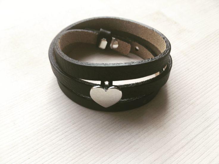 Zwarte Cuoio armband van echt Italiaans leer met hart schuiver.