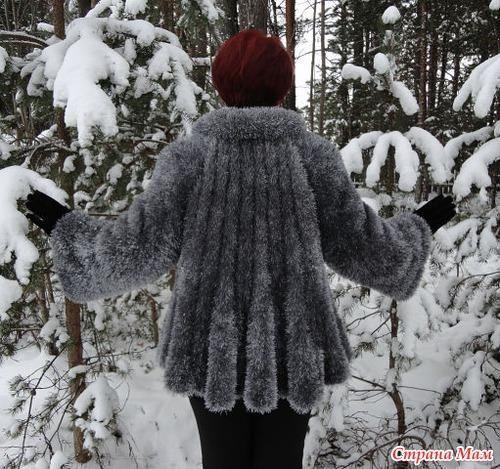 Пальто вязаное спицами из травки