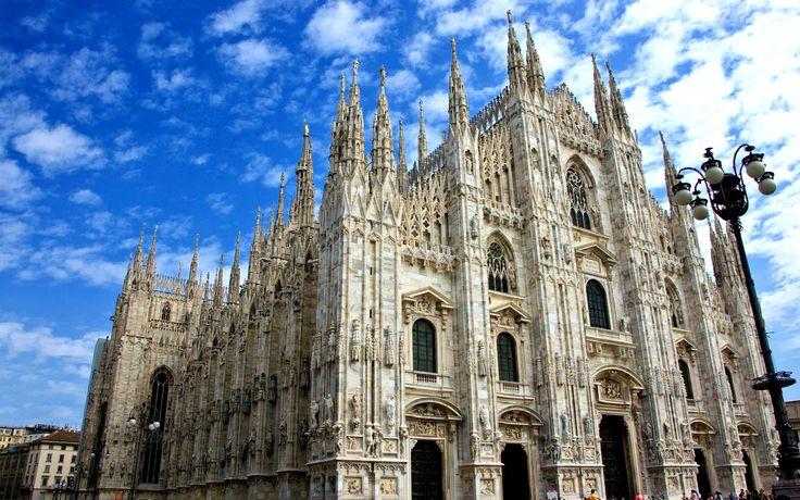Catedral de Milão situa-se na praça central da cidade de Milão, na Lombardia, no norte da Itália. É a sede da Arquidiocese de Milão e uma das mais célebres e complexas edificações em estilo gótico da Europa