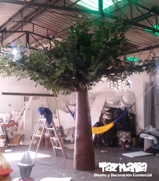 Elementos para la decoración comercial  Navidad 2015 Centro comercial Alamedas en la ciudad de Montería. Árbol tronco de 3,50 metros de alto en proceso de cubrimiento duro y acabado acrílico. Altura del árbol con ramas y hojas sintéticas 4 metros.