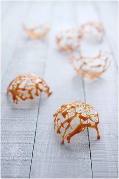 Le caramel fait peur et on n'ose pas toujours se lancer. Pourtant, il est vraiment aisé de le réussir et de faire quelques décors pour des crèmes glacées,