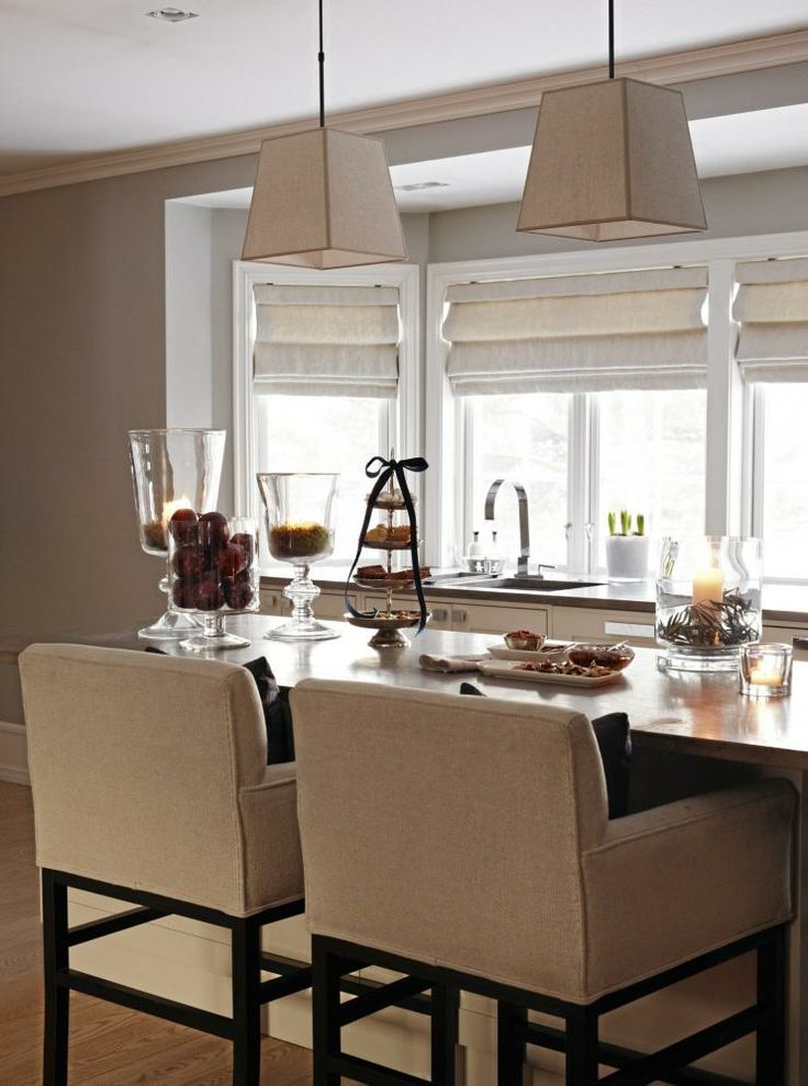 En høy kjøkkenøy fungerer perfekt som uformelt spisebord ved hjelp av behagelige barstoler. Styling: Tone Kroken.