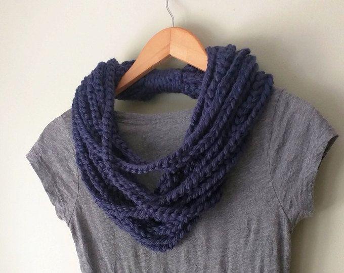 Collar de la bufanda azul marino. Longitud media. Bufanda de la marina de guerra de la cadena. Bufanda azul infinito. Bufanda azul marino. Bufanda del ganchillo. Bufanda trenzada. Bufanda de cuerda