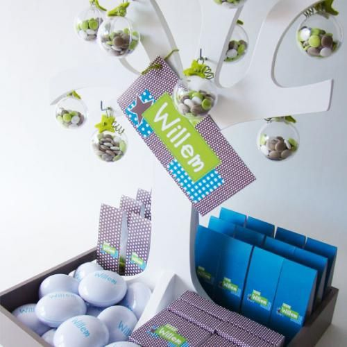 Dit boompje is leuk voor de presentatie van je doopsuiker. Aan dit boompje werden plexi bolletjes, gevuld met lentilles, gehangen.