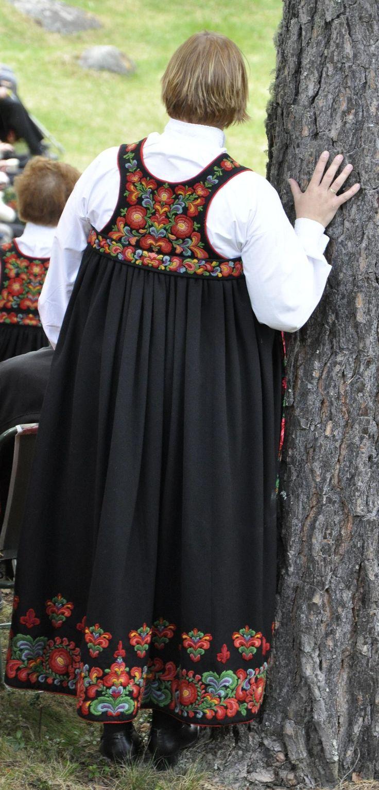 """Hallingbunad fra Nesbyen, """"Sagabråtenstakk"""".  Foto Vibeke Hjønnevåg.  http://home.online.no/~vi-hjoen/"""