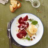Rote-Bete-Carpaccio mit warmem Ziegenkäse und Wildkräutersalat
