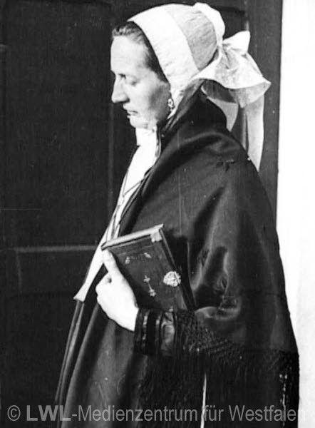 Nordrhein-Westfalen. Borkener Bäuerin in Sonntagstracht auf dem Kirchgang, undatiert, Ende 1930er Jahre? #Muensterland