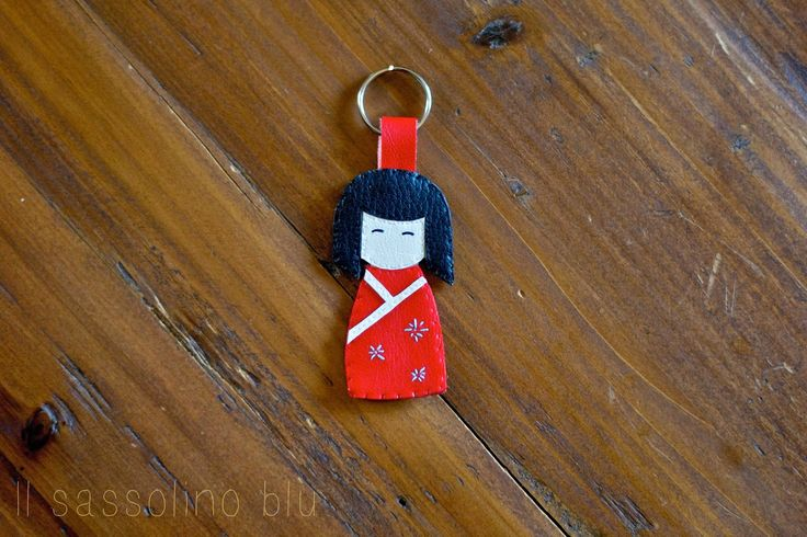 BAMBOLINE KOKESHI fatte a mano   http://ilsassolinoblu.blogspot.it/          Le bambole Kokeshi sono delle bambole tradizionali originarie del Giappone. Considerate di buon auspicio rappresentano un regalo speciale da offrire a persone speciali.  Nonostante i molti stili differenti nella realizzazione di queste bambole, esiste una filosofia condivisa da tutti: ogni bambola Kokeshi rappresenta la ricerca della bellezza e dell'arte attraverso la semplicità.