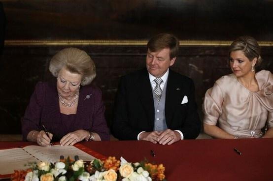 Prinses Beatrix heeft met het tekenen van de Akte van Abdicatie afstand gedaan van de troon. Willem-Alexander is de nieuwe koning van Nederland.