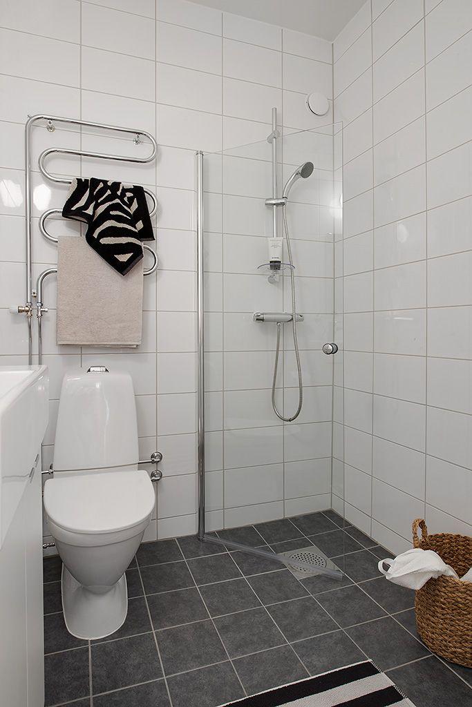 Alvhem Mäkleri och Interiör   För oss är det en livsstil att hitta hem. Scandinavian small bathroom with a just small glass divider between the wet and dry areas.