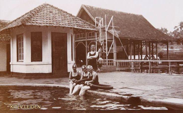 Europeanen in zwembad Tjihampelas te Bandoeng...