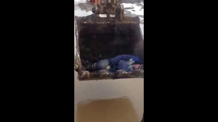 Бухой в ковше экскаватора.