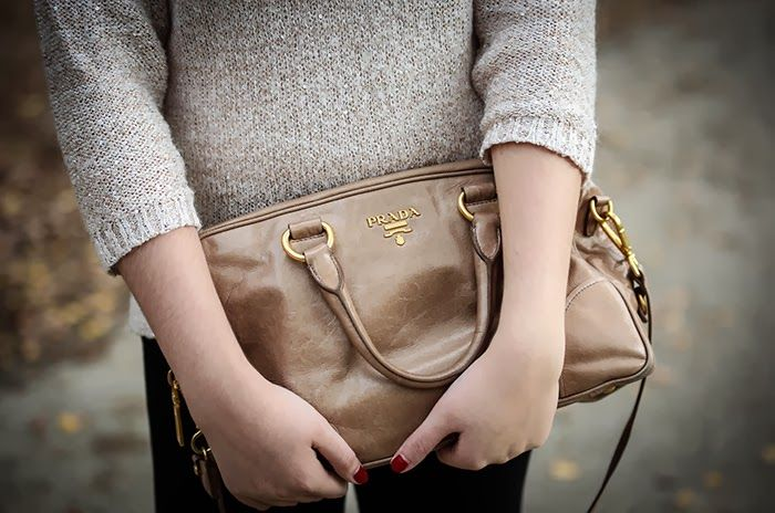 Find a similar bag here : http://bit.ly/1kuqFSQ #prada #vitello ...