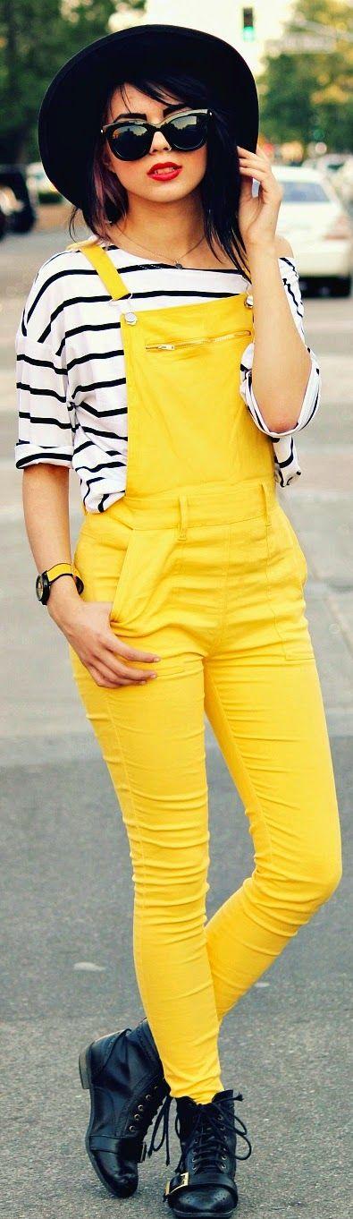 Tee-shirt rayé style marin, salopette couleur jaune flashy, chapeau et lunettes de soleil