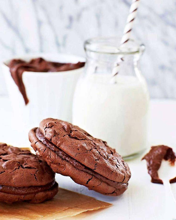 Baka och bjud på de här helt underbara chokladkakorna med krämig fyllning