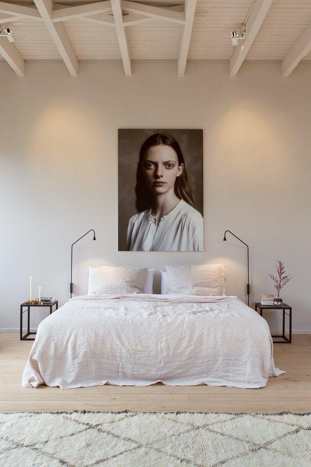 HetAmsterdamse pop-up appartement The Loft biedt veel inspiratie voor jeinterieur. In de slaapkamer zie jeonslinnen beddengoed in almond- en pure white. Heel mooi!Alle...