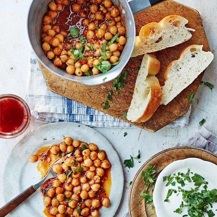 Deze simpele kikkererwtenstoof staat binnen no-time op tafel en is ideaal wanneer je bijvoorbeeld voor een grote groep kookt. De chilipeper geeft lekker veel pit aan het gerecht. Vervang de kippenboullion voor een groentevariant als je er een...