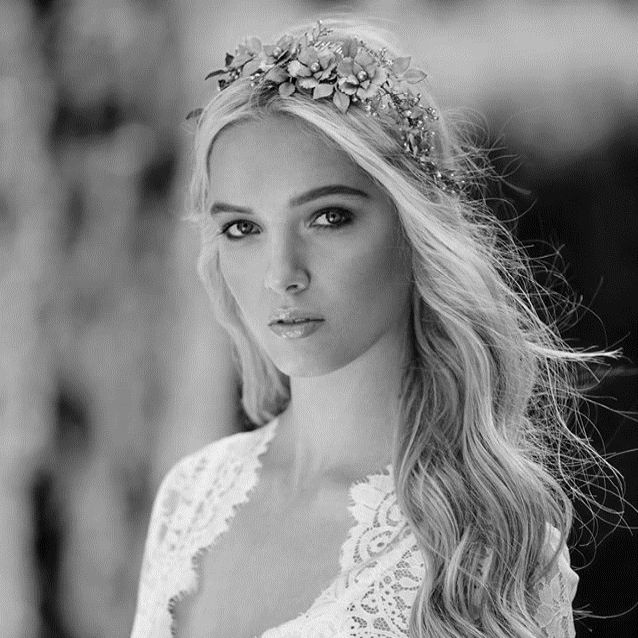 This season's bohemian bridal accessories trend is all about floral crowns in soft gold. This look goes beautifully with loose waves and is soft and easy to wear. Get this stunning headpiece from @bridesbyfrancesca #jewels #bohemian #flowercrown #crown #rosegold #waves #bridal