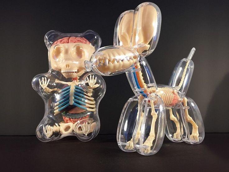 Jason Freeny est né en 1970 aux États-Unis dans une famille de hippies, il a beaucoup travaillé pour les habillages 3D de MTV, depuis quelques temps, il s'est mis à la sculpture et au design.  Je vous présente cette série de jouets-sculptures inspirée des jouets de son enfance. Comme ces animaux ballons également mis à l'honneur par Jeff Koons, ces canards de bain ou les bonbons oursons. Ses réalisations ont une enveloppe transparente ou semi-transparente nous laissant apercevoir…