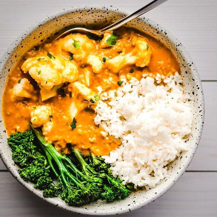 Blumenkohl und gelbe Linsen-Curry auf dem Futter