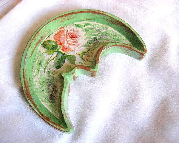 Platou ipsos model trandafir, floare roz si alb, fond verde alb retro vintage