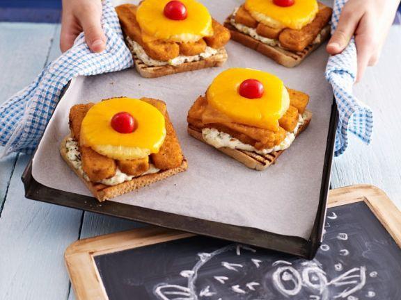Toast mit Fischstäbchen und Ananas ist ein Rezept mit frischen Zutaten aus der Kategorie Meerwasserfisch. Probieren Sie dieses und weitere Rezepte von EAT SMARTER!