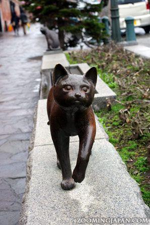 Bronze cat statue - Hakodate, Japan