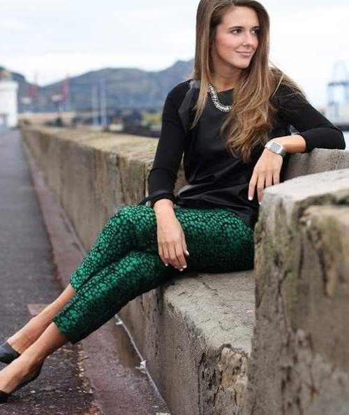 Наряд с брюками с зеленым узором