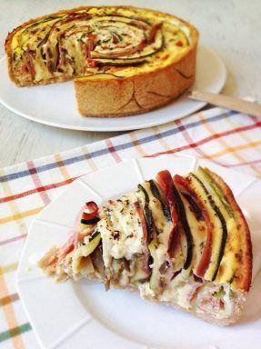 un lámina de masa quebrada - 200 gr jamón serrano - 200 gr queso en lonchas - 1 calabacín grande - 1 berenjena grande - 250 ml leche - 3 huevos - sal, orégano y pimienta