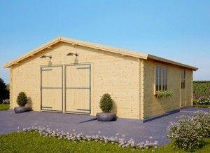 Eine große Holzgarage mit Fenster. Lesen Sie mehr auf www.pineca.de/holzgaragen/