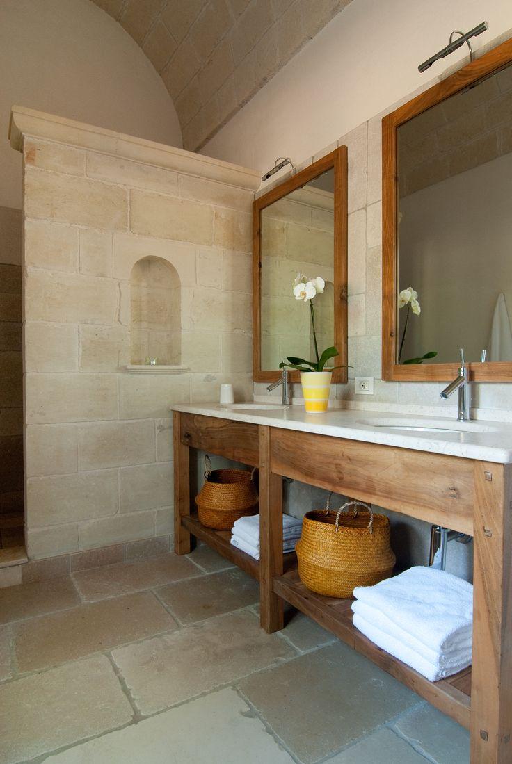 Mobile da bagno in noce nazionale massello con top in marmo spazzolato e due lavabi sottopiano.