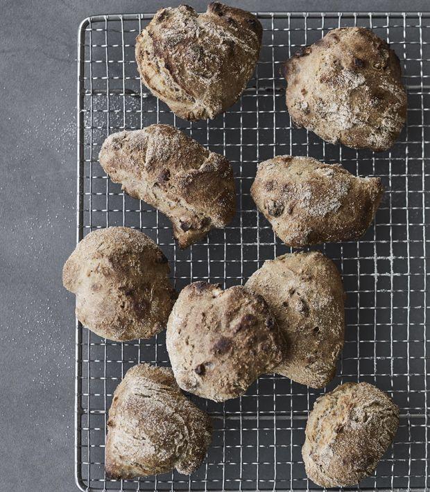 Lækre, grove og sprøde valnøddeboller, med en helt særlig og rund smag! De er både simple og hurtige at lave, men smager som om du har lagt timer og energi i dem.