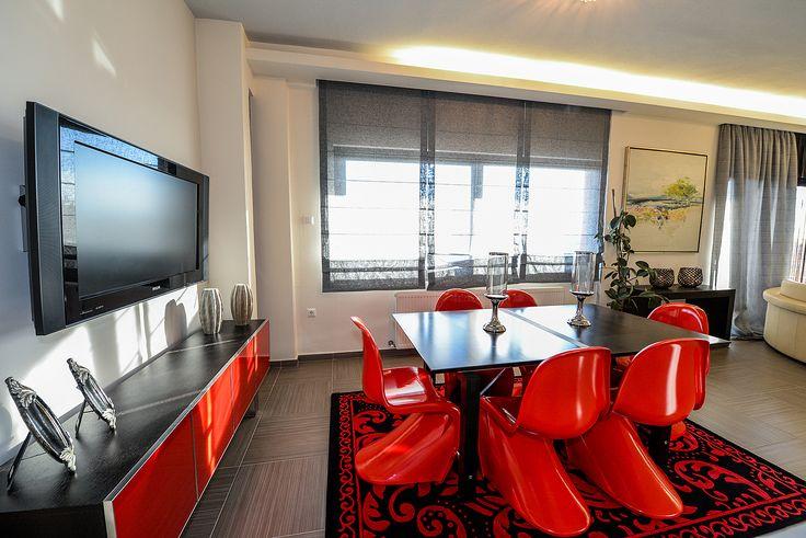 Μοντέρνο σαλόνι με συνδυσμό του γκρι με το κόκκινο. #efimesitiko #realestate #evros