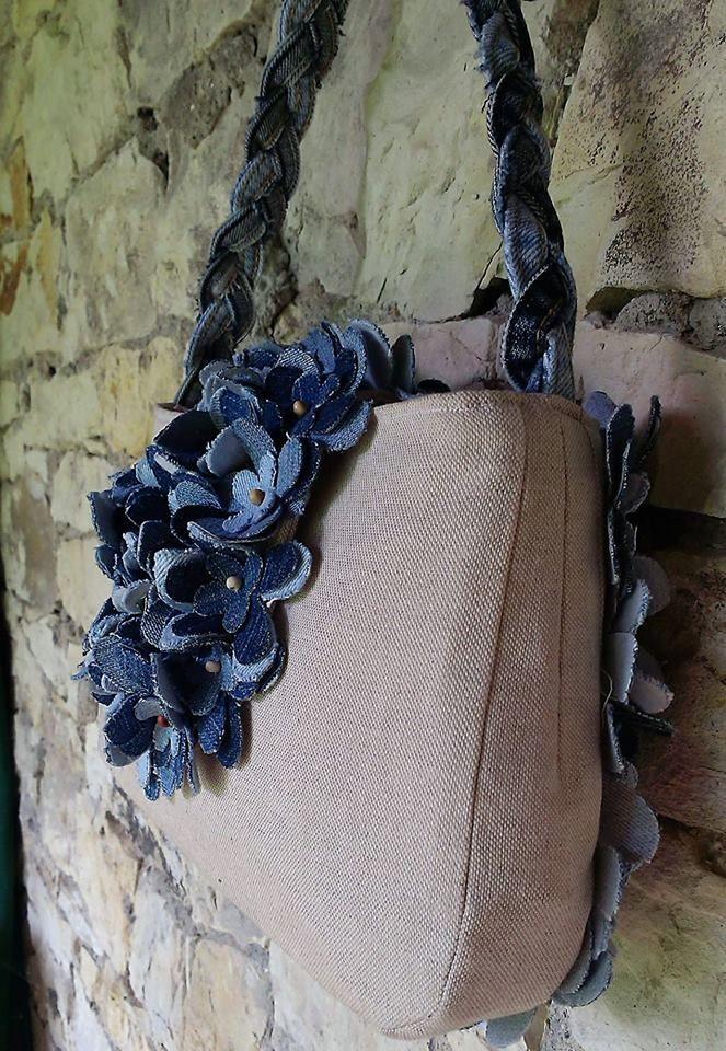 Džínová kabelka s kvítky.