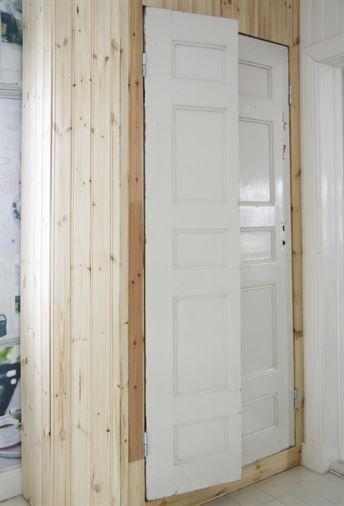 Dela en gammal spegeldörr på mitten på höjden. Slipa kanterna. Skruva fast fyra gångjärn och haka på de båda dörrhalvorna.