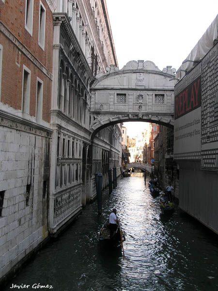 El Puente de los Suspiros, encuentro de amantes al anochecer.