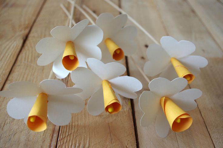 Narcisy+z+papíru+-+Tyto+květy+jou+velmi+jednoduché,+stačí+Vám+bílý+a+žlutý+papír.+Žlutý+stočíme+do+malého+kornoutku,+bílý+čtvereček+přehneme+dvakrát+na+půl+a+zastřihneme+rohy+(v+principu+jako+u+papírové+vločky).+Květina+je+na+špejli+a+uvnitř+žlutého+kornoutku+je+žlutě+obarevná+tyčinka+na+čištění+uší.  ( DIY, Hobby, Crafts, Homemade, Handmade, Creative, Ideas, Handy hands)
