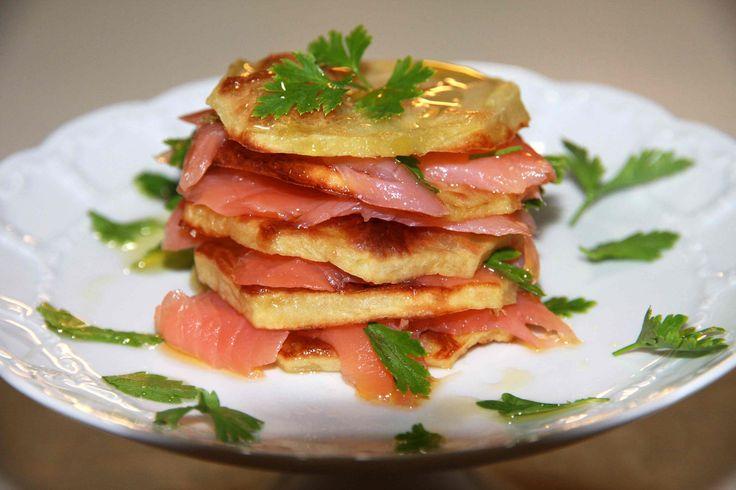 La Millefoglie di patate e salmone affumicato è un antipasto molto sfizioso e particolare indicato per le prossime feste per un pranzo a base di pesce.