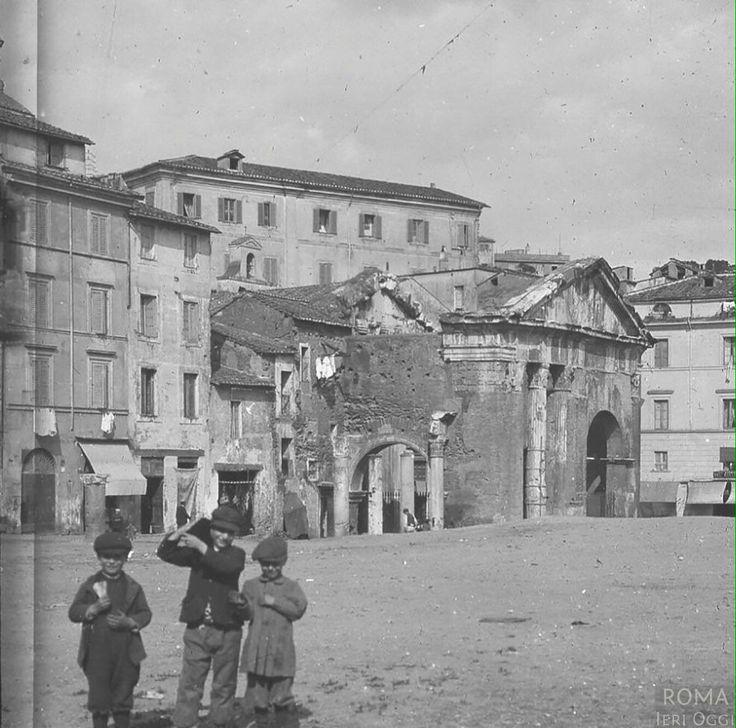 Portico d'Ottavia (Collinet-Guerin, 1910 ca) Dopo le demolizioni dettate dal piano regolatore del 1888.