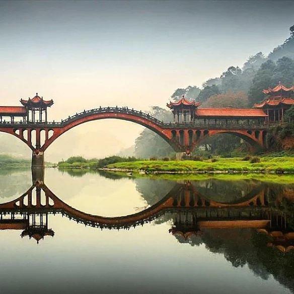 Un puente cerca de las estatuas de Buda de Leshan grutas en la provincia de Sichuan, China.