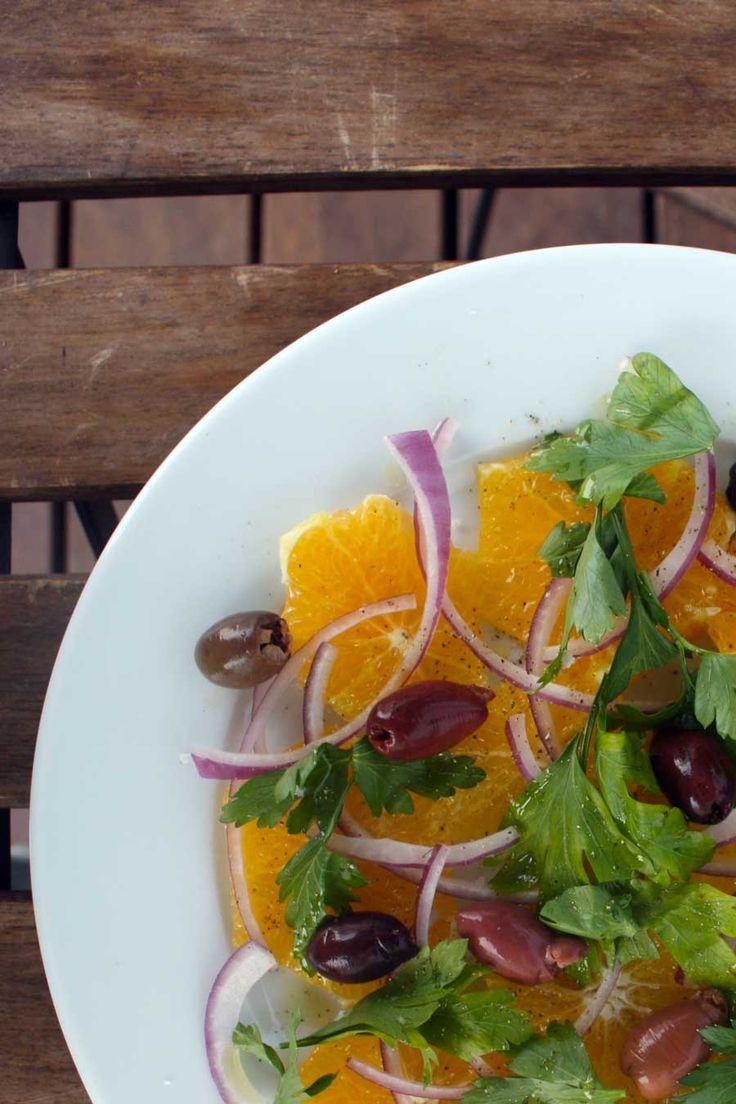 På trods af at halvdelen af husstanden har indført et regulært forbud mod frugt i mad, lykkes det alligevel nogen gange at snige et æble, lidt rosiner eller som her en appelsin ind i det salte køkken. Lige præcis appelsin i denne salat er …