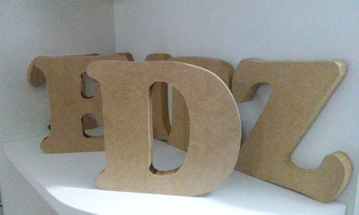 Letras em MDF cru , 5,00 reais cada.  Podemos fazer qualquer letra, e formato.