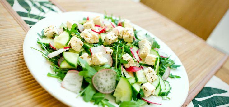 Frisk og fargerik salat som egner seg som tilbehør til det meste. Reddiker tilfører en knallfin farge og har en sterk og karakteristisk smak - bruk den mengen du foretrekker! Reddik passer meget godt med fetaost og agurk. Prøv denne smakfulle vegetarretten eller en av våre mange andre vegan- og vegetaroppskrifter.
