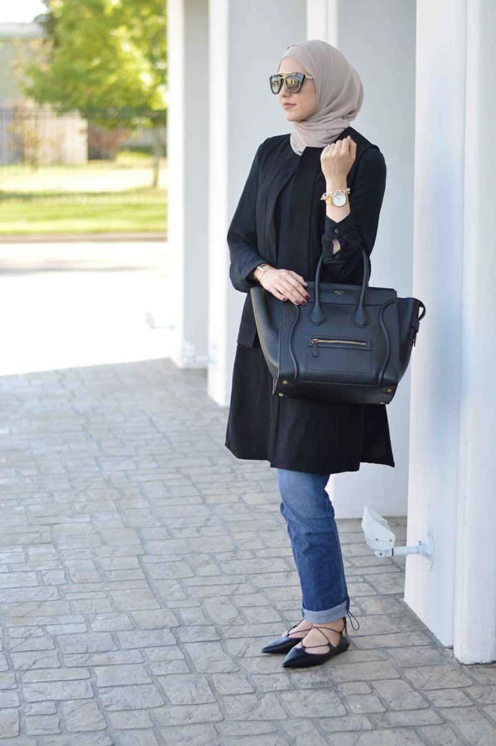 Wanita berdarah Suriah ini adalah seorang blogger fashion yang cukup populer di Amerika, konsep busananya yang menyatukan antara gaya pakaian jalanan dan nyaman digunakan bertujuan membuat cara berpakaian yang mudah bagi seluruh wanita dunia.